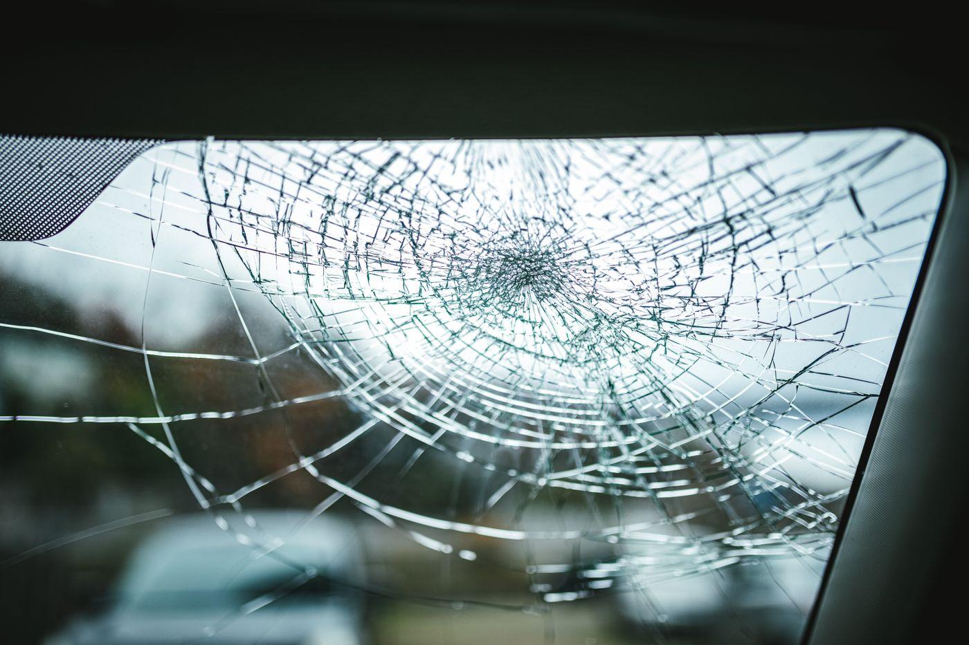 飛び石によってフロントガラスにヒビが入るの写真