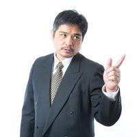 プロジェクトを慎重に進めるよう指示する年配の上司の写真