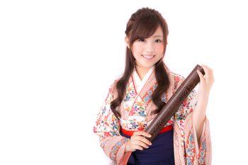 卒業証書を持った袴美女の写真