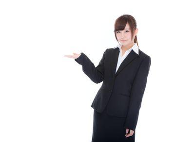 ご案内するスーツ姿の受付け嬢の写真