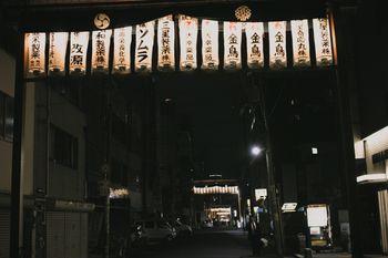 提灯がぶら下がる路地裏(神農祭)の写真