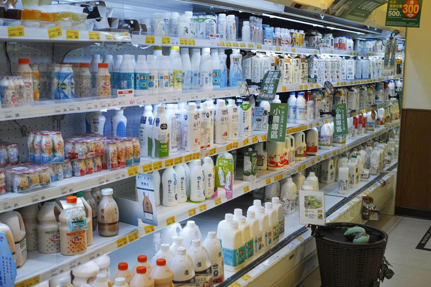 台湾のコンビニ(乳飲料売場)の写真