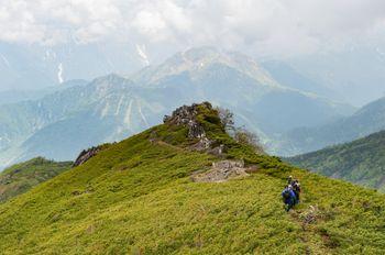 乗鞍新登山道のガスの中から姿を現した焼岳の写真