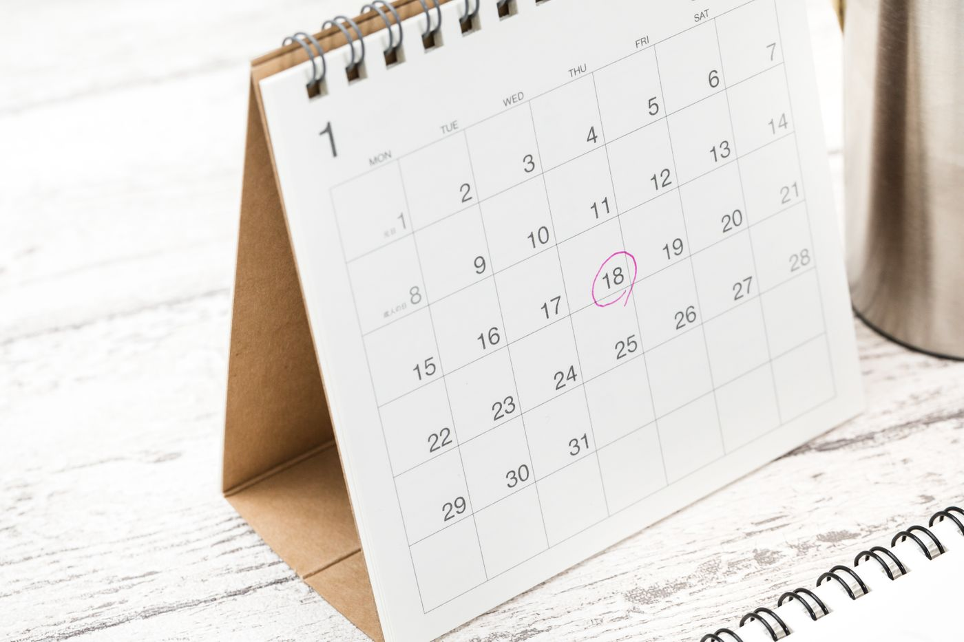 卓上カレンダーのチェックマークの写真