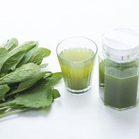 葉物野菜とポットに入った青汁、グラスの写真