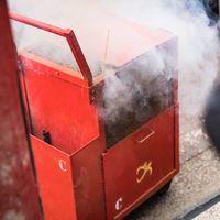 煙が吹き上がる爆竹箱の写真