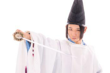 刀を抜く狩衣(狩衣)の剣士の写真