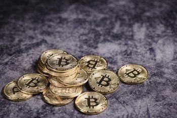 床に散らばるビットコイン(暗号通貨)の写真