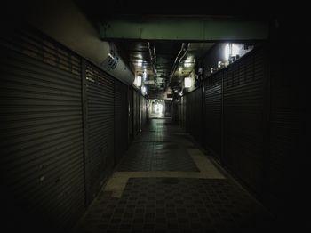 閑散としたシャッター商店街の写真