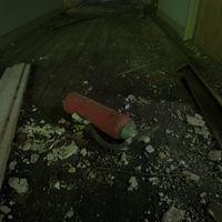 おそらく使えない廃墟の消化器の写真