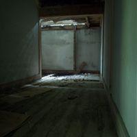 突き抜けた天井から差し込む光の写真