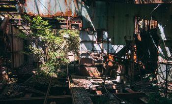 光差し込む工場跡地の写真