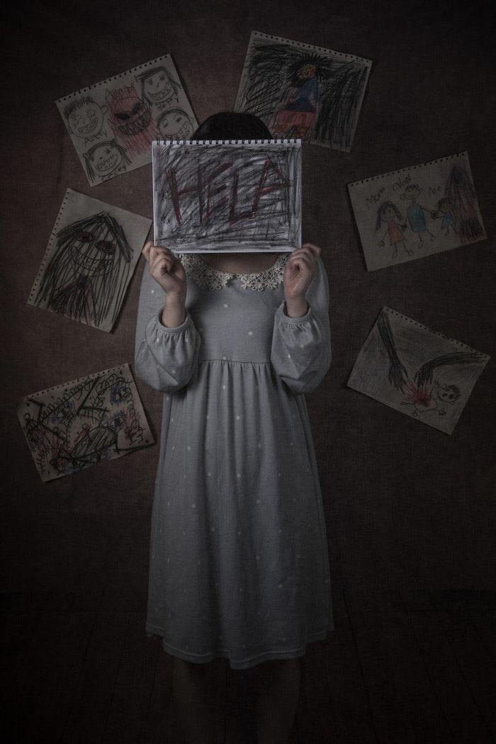 緘黙する少女、助けて欲しいと心の叫びの写真