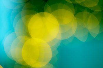 青いボケ味と黄色い丸ボケの写真