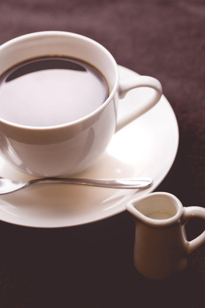 淹れたてコーヒーとミルクの写真