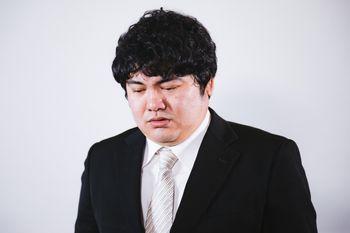 ネットリンチに落ち込む男性の写真
