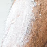 脱毛クリームを足のすねに塗布するの写真