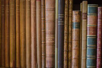 本棚に並べられた古書の写真