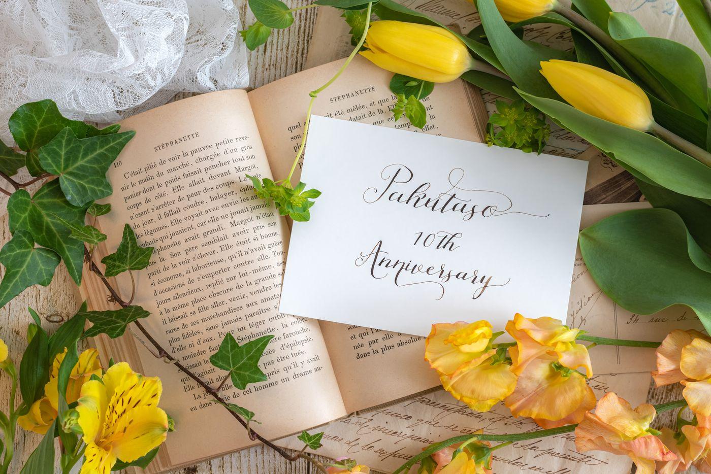 洋書とメッセージカードの写真