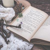 古びた洋書と鍵の束の写真