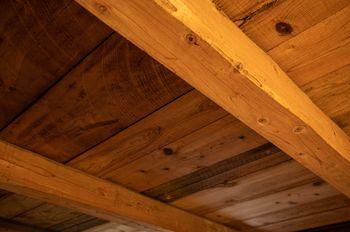 屋根裏部屋の梁の写真