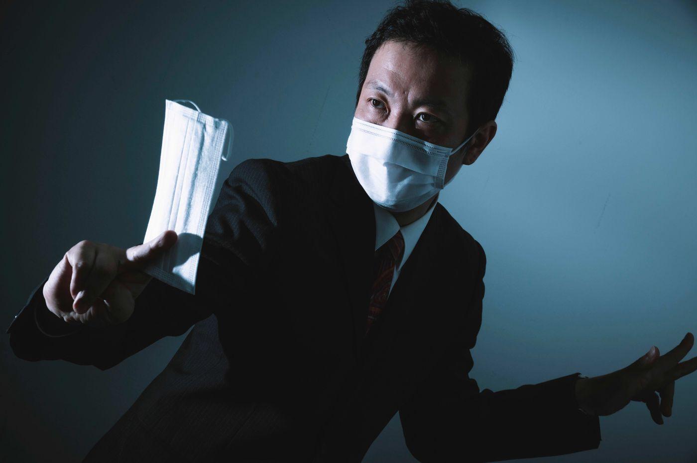 ノーマスクを見かけるとすかさず対応する正義マンの写真