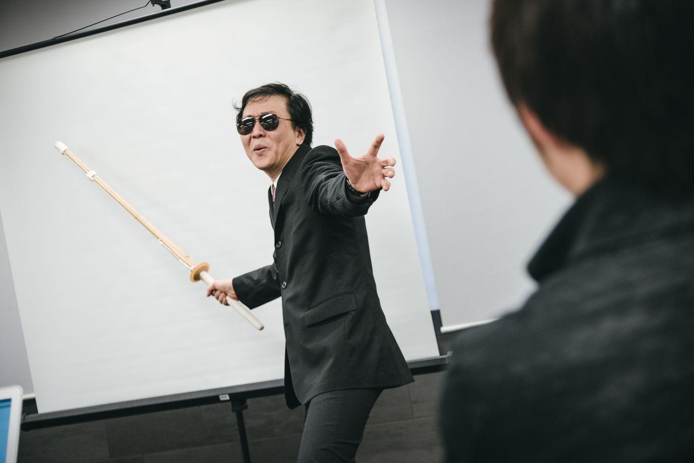 セミナーの鬼教官を見つめる受講生の写真