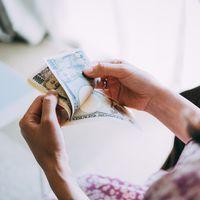 在宅ワークの副業で得た報酬を数える女性の手元の写真
