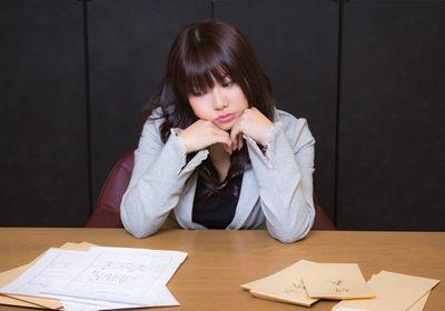 採用と辞表ばかりで困る人事の女性の写真