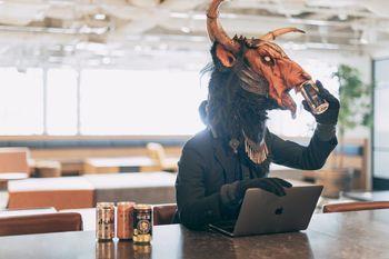 勤務中に堂々とお酒を飲む魔神の写真