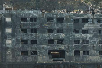 崩れた窓が不気味に残る31号棟(軍艦島)の写真