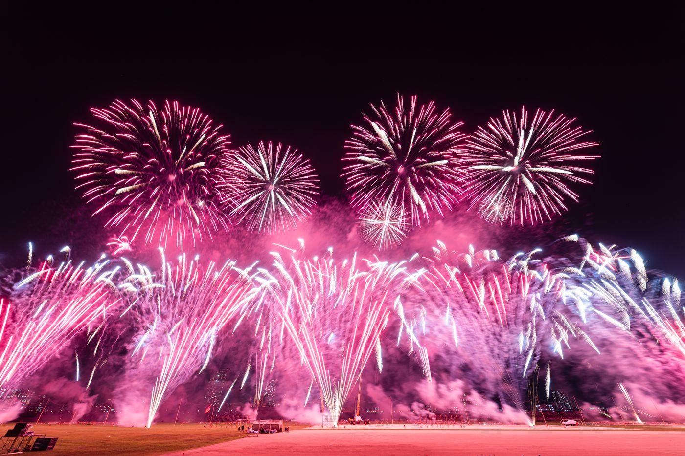 連発で打ち上げる花火(江戸川区花火大会)の写真