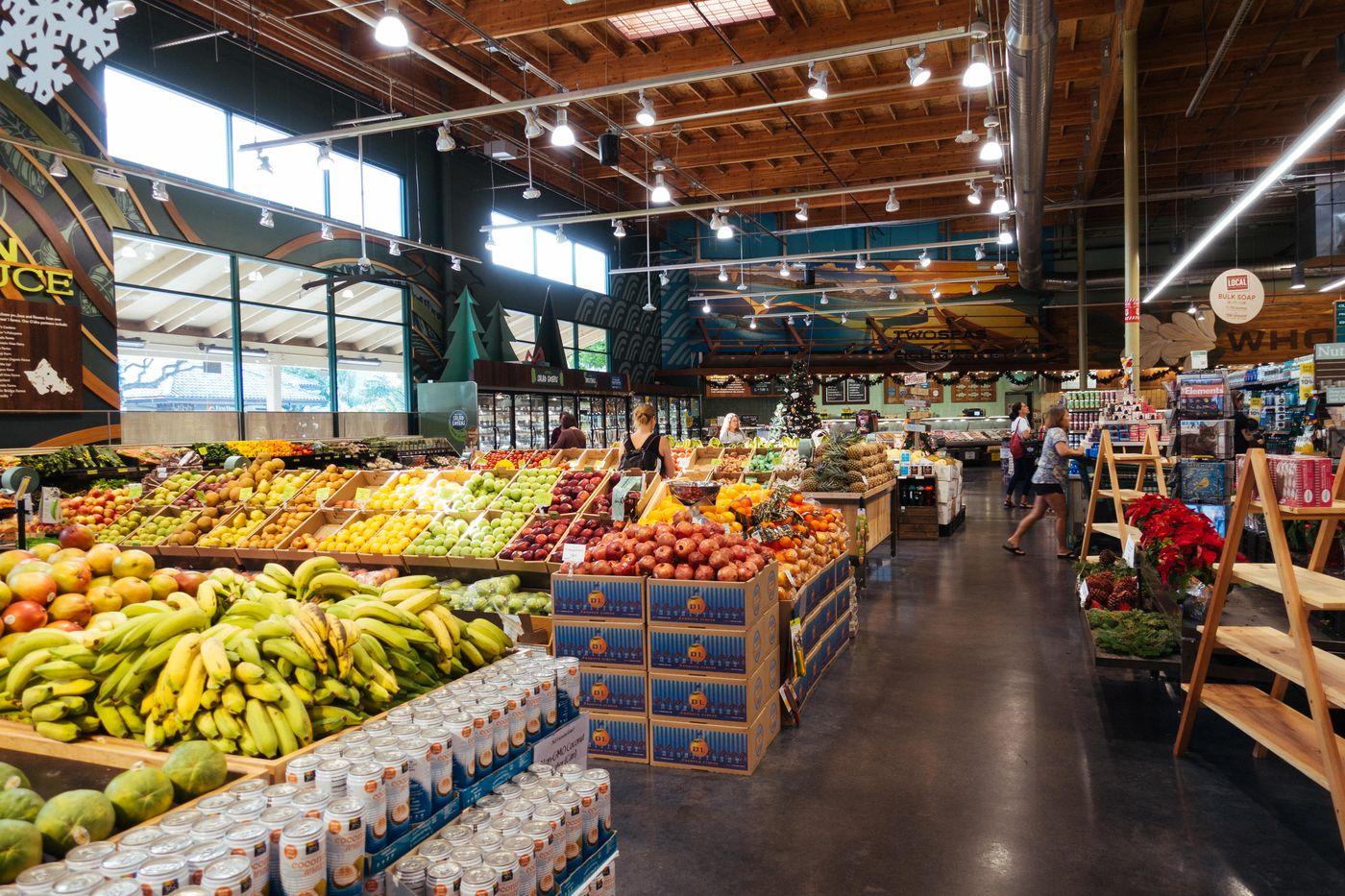 山盛りのフルーツが並ぶ海外のスーパーマーケットの写真