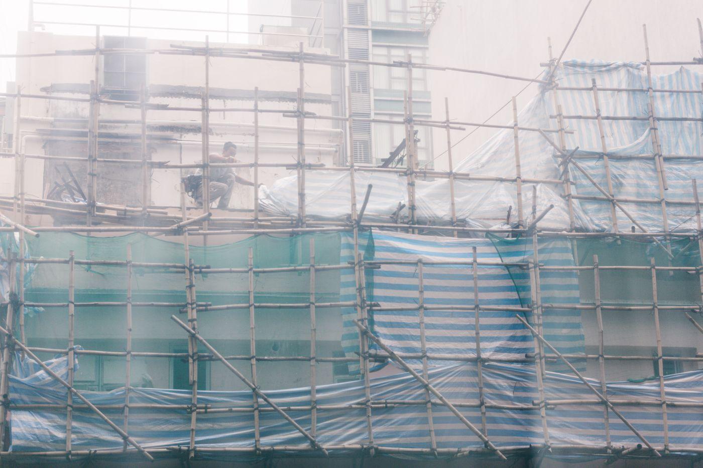 竹で足場を作る香港の建設現場の写真