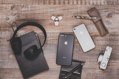 デスクの上に置かれたiPhoneや小物の写真