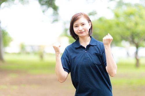 元気を出していきましょうと励ます介護士の女性の写真