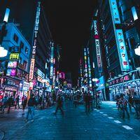 繁華街の路地(東京都新宿区)の写真