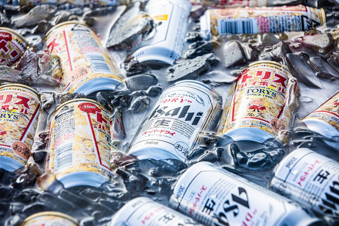 氷でキンキンに冷えた酒類の写真