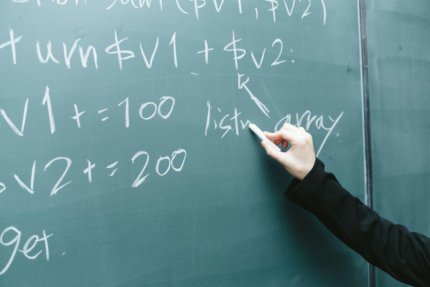 黒板に書かれたコードの写真