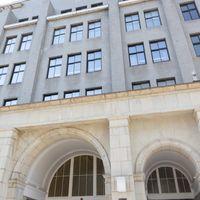 国税庁銘板と建造物の写真