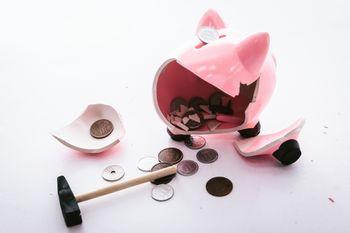 貯めてきた豚の貯金箱を破壊の写真