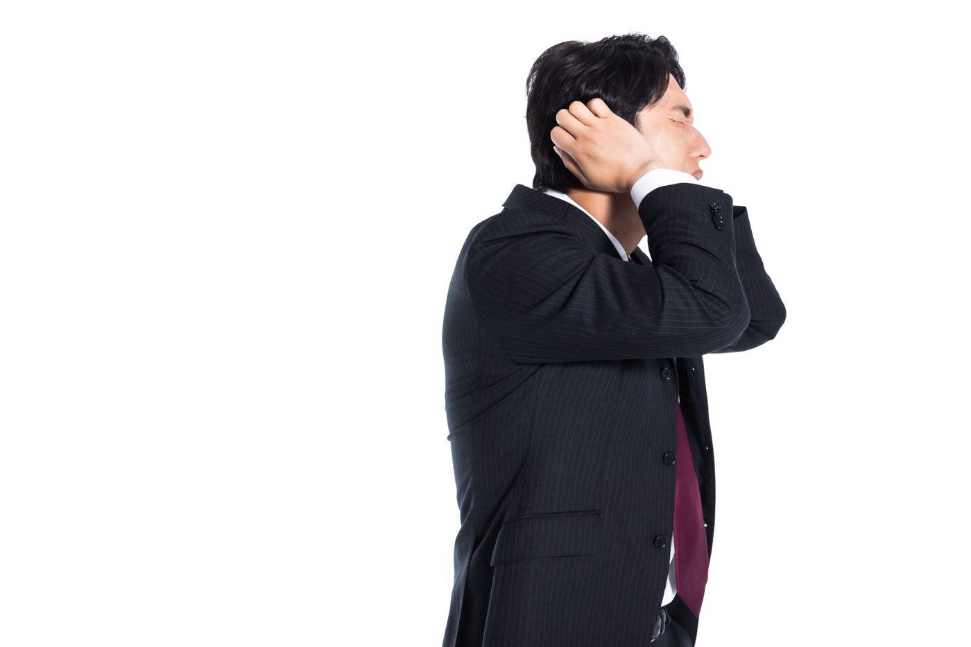 失敗して頭を抱える会社員の写真