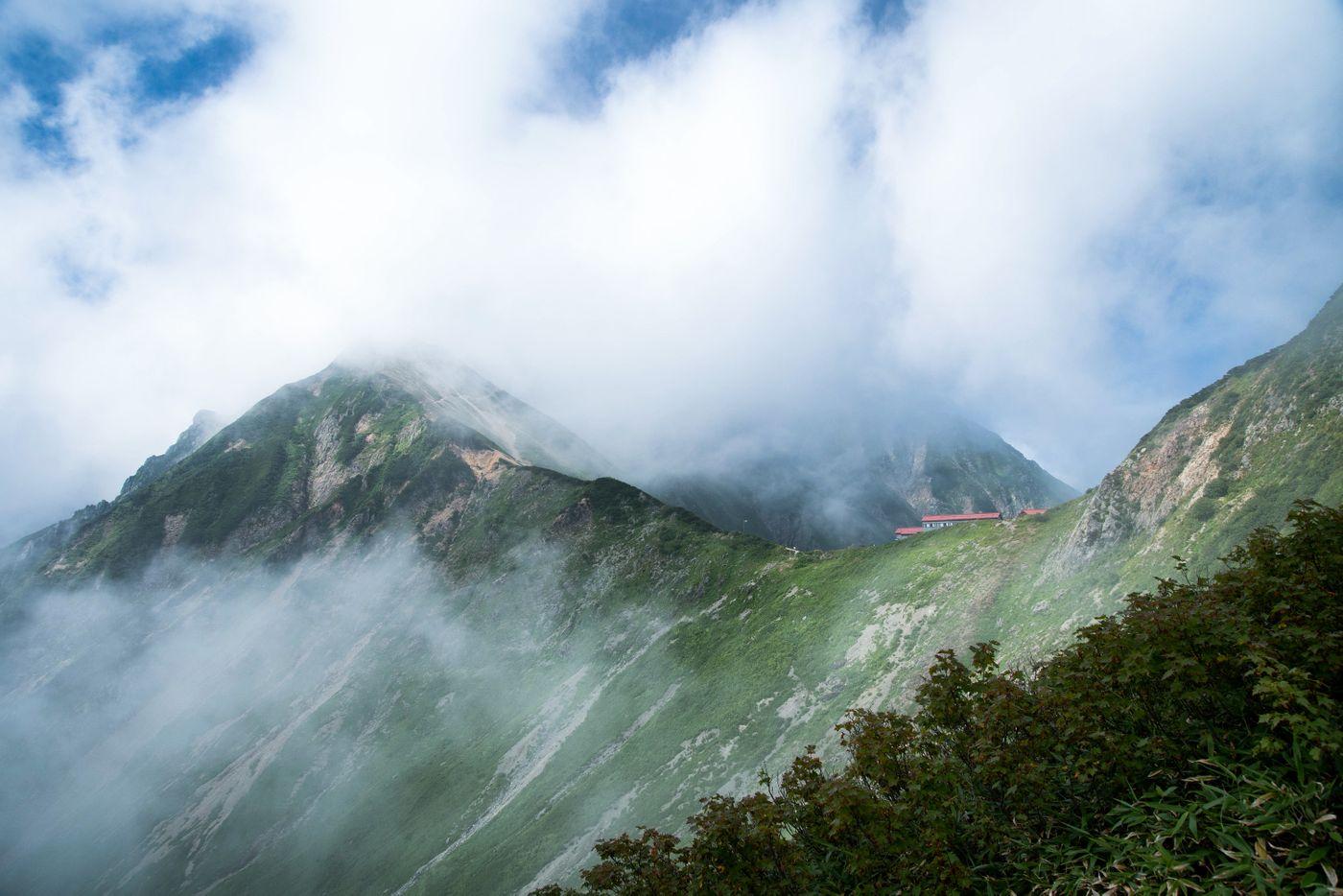 一面の雲にかかる山荘の写真