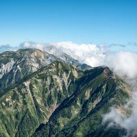 山々を覆う雲と青空の写真