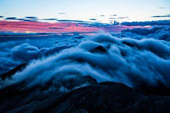 朝焼けと雲の中の小蓮華岳の写真