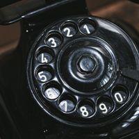 黒電話のダイヤルの写真