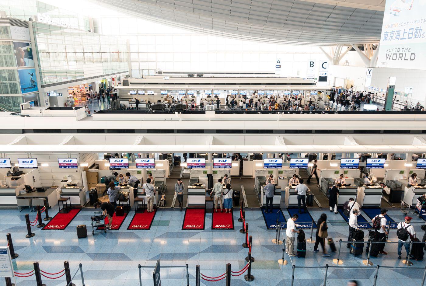 国際ターミナルの手荷物カウンター(羽田空港)の写真