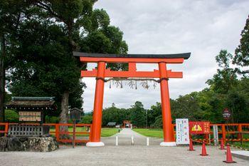 美しい大きな朱塗りの鳥居が入り口に建つ上賀茂神社(かみがもじんじゃ)の写真