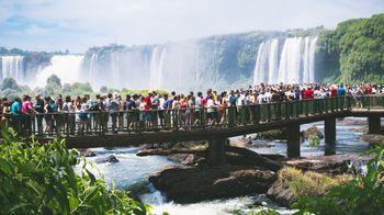 イグアスの滝と押し寄せる観光客(イグアスの滝)の写真