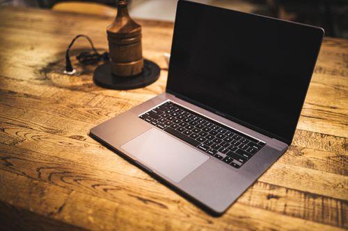 机上に置かれたMacbookの写真